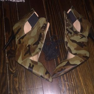 Lace up camo pointed toe shoes